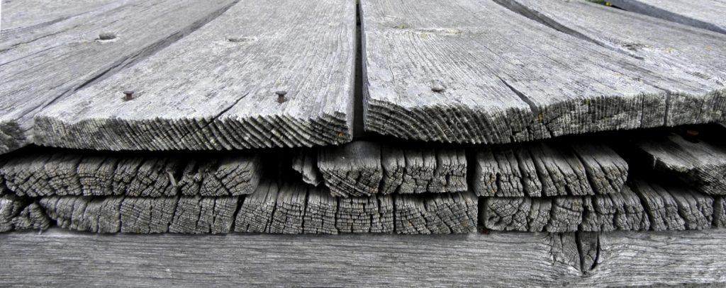 Holz vergraut nach vielen Jahren