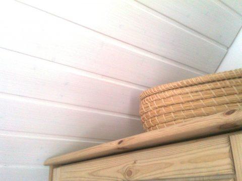 Ein kräftiges Weiß für die alte Holzdecke