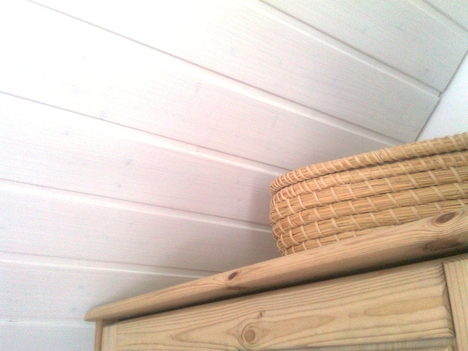 holzwand wei streichen beizen sie das holz in der gewnschten farbe nach trocknung lackieren sie. Black Bedroom Furniture Sets. Home Design Ideas