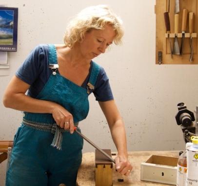 Melanie Kirchlechner - Autorin von Oberflächen behandeln
