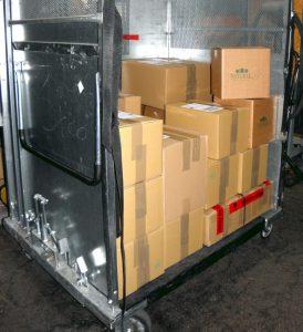 Die Kartons der Naturfarben werden in die DHL-Box eingestellt