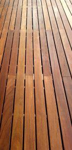 Terrasse so ölen, dass die Holzfarbe erhalten bleibt