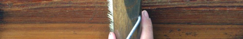 Holz reinigen mit Bürste