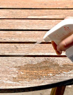 Antigrau wird auf das gereinigte Holz aufgetragen