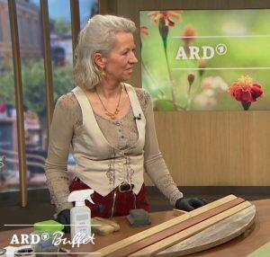 Melanie Kirchlechner mit Holzauffrischer Antigrau im ARD-buffet