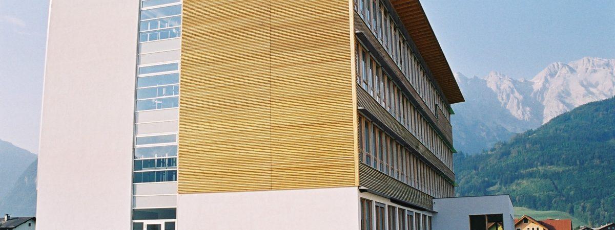 Eine Holzfassade aus Rhombusleisten mit Holzlasur von Natural Naturfarben