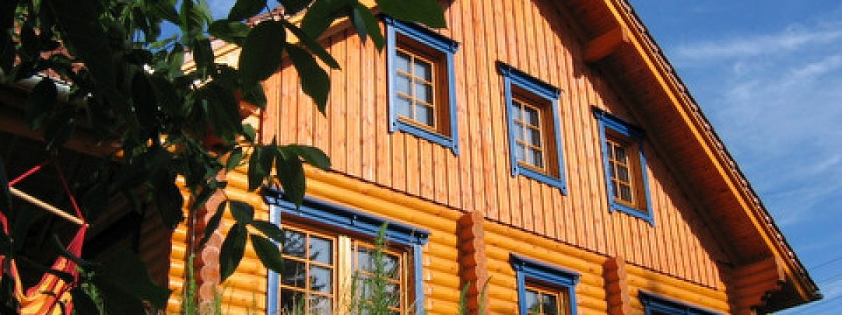 Holzhaus streichen: hier Tipps wie ein Blockhaus mit Holzlasur gestrichen wird.