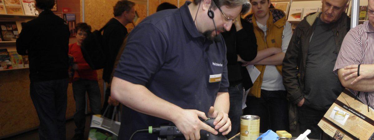 Holzwerken auf der Holz und Handwerk zeigt Behandlung von Holzoberlfächen mit Hartöl