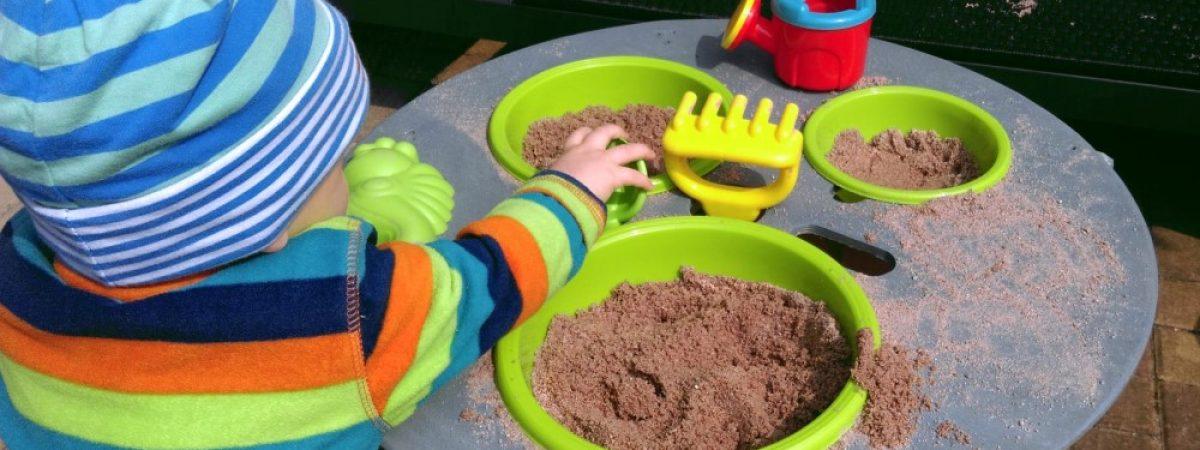 Upcycling: Kabeltrommel wird mit Holzlasur Silbergrau zum hübschen Sandkasten