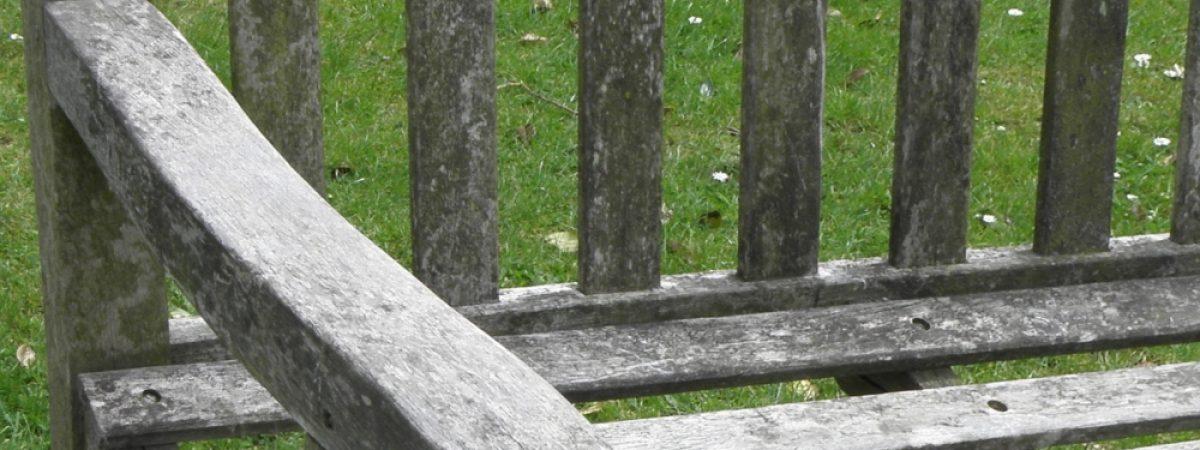 Verwitterte und vergraute Gartenbank