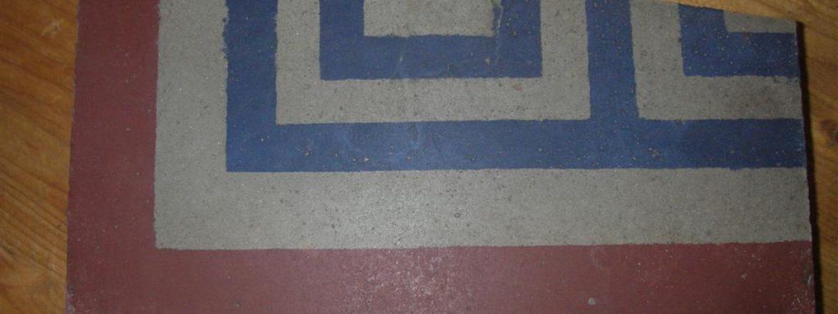 Antike Zementfliese gereinigt und geschliffen